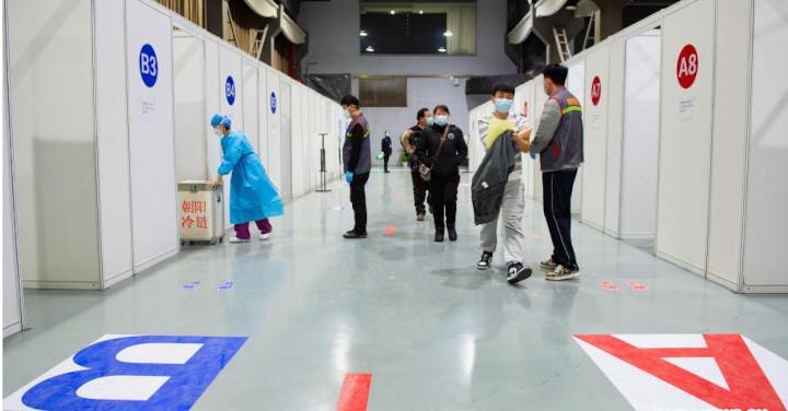 BEIJING, 6 janvier -- Une campagne de vaccination contre le COVID-19 à l'échelle de la ville a été lancée en janvier 2021 à Beijing, où le seul arrondissement de Chaoyang verra quelque 200.000 personnes de neuf groupes spécifiques présentant des risques plus élevés d'infection recevoir les vaccins dans 43 sites. © Chen Zhonghao / Xinhua
