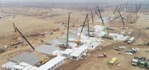 1月14日,工人在石家庄市集中隔离点建设工地施工(无人机照片)。© 新华社记者 杨世尧 摄