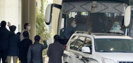 Les experts de l'OMS quittent l'hôtel où ils étaient en quarantaine à Wuhan, dans la province du Hubei (Chine), le 28 janvier 2021. © Ng Han Guan / AP