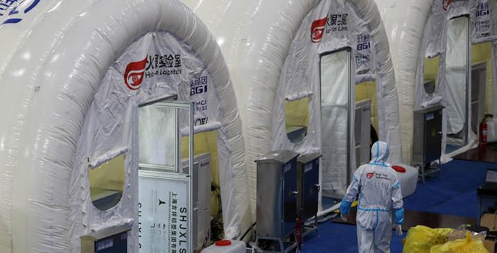 Le personnel de détection accélère le travail au laboratoire Huoyan (« Œil de Feu ») à Shijiazhuang, capitale de la province du Hebei (nord de la Chine) le 10 janvier 2020. © Wang Zhuangfei / chinadaily.com.cn