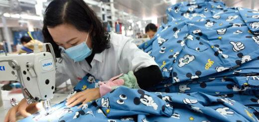 Une ouvrière chinoise dans une usine de vêtement à Donghai dans la province côtière du Jiangsu, à l'est de la Chine, le 27 octobre 2020. © AP