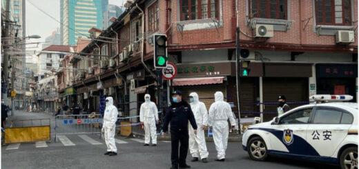 La police délimite une zone autour d'un quartier résidentiel du quartier Huangpu de Shanghai, le 21 janvier 2021. © STF - AFP