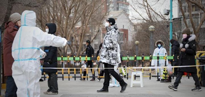 SHENYANG, 12 janvier (Xinhua) -- Des habitants font la queue pour les tests d'acide nucléique dans l'arrondissement de Yuhong, à Shenyang, capitale de la province chinoise du Liaoning (nord-est), le 11 janvier 2021. La ville de Shenyang effectue depuis lundi son troisième cycle de tests d'acide nucléique pour tous les habitants dans les arrondissements de Tiexi, de Huanggu et de Yuhong. © Yao Janfeng
