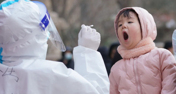 A medical worker collects a swab sample from a child in Shijiazhuang, capital of north China's Hebei province. © Xinhua
