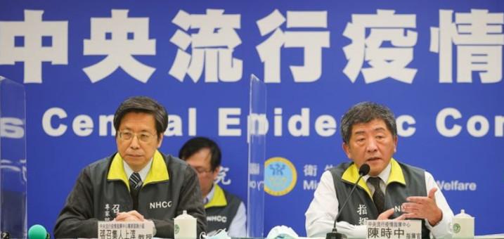 Le ministre de la Santé et des Affaires sociales, Chen Shih-chung (à d.), a annoncé le 12 janvier deux nouveaux cas locaux de Covid-19 à Taiwan. © CNA