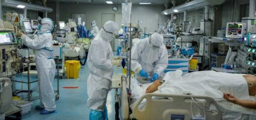 Le personne médical traite des patients infectés par le coronavirus Covid-19 dans un hôpital de Wuhan, dans la province centrale de Hubei, en Chine, le 24 février 2020. © AFP