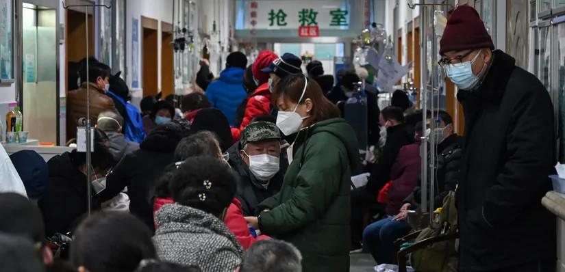 Le 25 janvier 2020, des habitants de Wuhan font la queue pour des examens médicaux © Hector Retamal - AFP