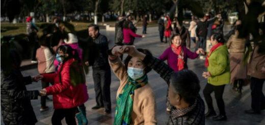 Des personnes âgées dansent le long du Yangtze, à Wuhan en Chine le 11 janvier 2021, un an après le signalement du premier mort du coronavirus dans ce pays. © NICOLAS ASFOURI / AFP