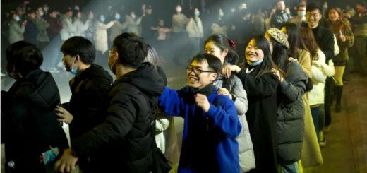 1er janvier 2021 - Des habitants de Wuhan célèbrent la nouvelle année. © Noel Celis - AFP