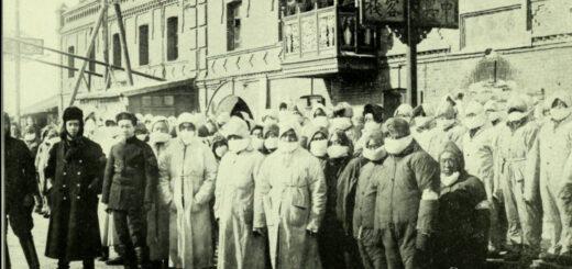 滿洲鼠疫時配戴防疫口罩的醫護人員。© Wellcome Library