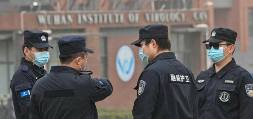 Des agents de sécurité devant l'insitut de virologie de Wuhan (Chine), mercredi 3 février 2021, lors d'une visite d'experts de l'OMS. © HECTOR RETAMAL / AFP