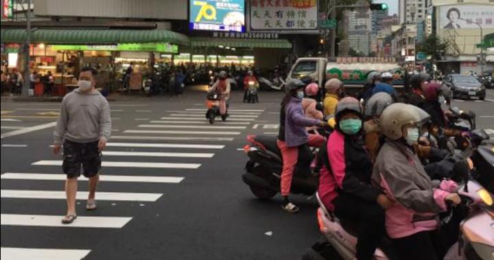 Port du masque respecté dans la ville de Kaohsiung, dans le sud de Taïwan. La population a retenu les leçons du SRAS en 2003, qui avait fait 76 morts sur l'île. © VINCENT ROLLET