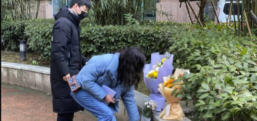 Des habitants déposent des fleurs devant l'hôpital de Wuhan (Chine) pour rendre hommage au docteur Li Wenliang, le 6 février. © NG HAN GUAN / AP