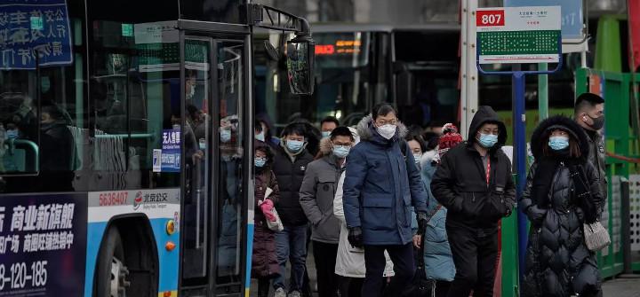 Des usagers du bus dans une banlieue de Pékin portent le masque pour endiguer la propagation de l'épidémie de Covid-19, le 11 janvier 2021. © AP - Andy Wong