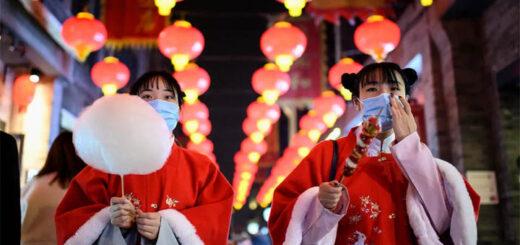 Des habitants de Pékin marche dans la rue Qianmen, le 11 février 2021, avant le début des célébrations du Nouvel-An lunaire, qui marque le début de l'année du buffle le 12 février. © AFP - NOEL CELIS