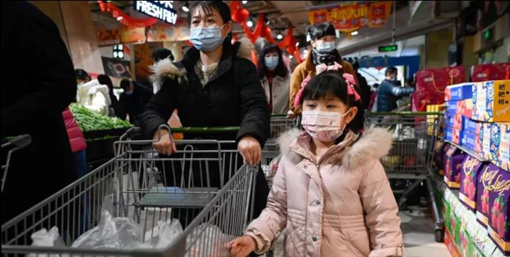 Une famille dans un supermarché de Pékin, le 10 février 2021. © WANG ZHAO / AFP