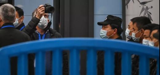 Peter Ben Embarek et d'autres membres de l'équipe de l'Organisation mondiale de la santé visitent le 31 janvier le marché de gros fermé de Huanan Seafood à Wuhan, dans la province centrale du Hubei en Chine. © HECTOR RETAMAL / AFP