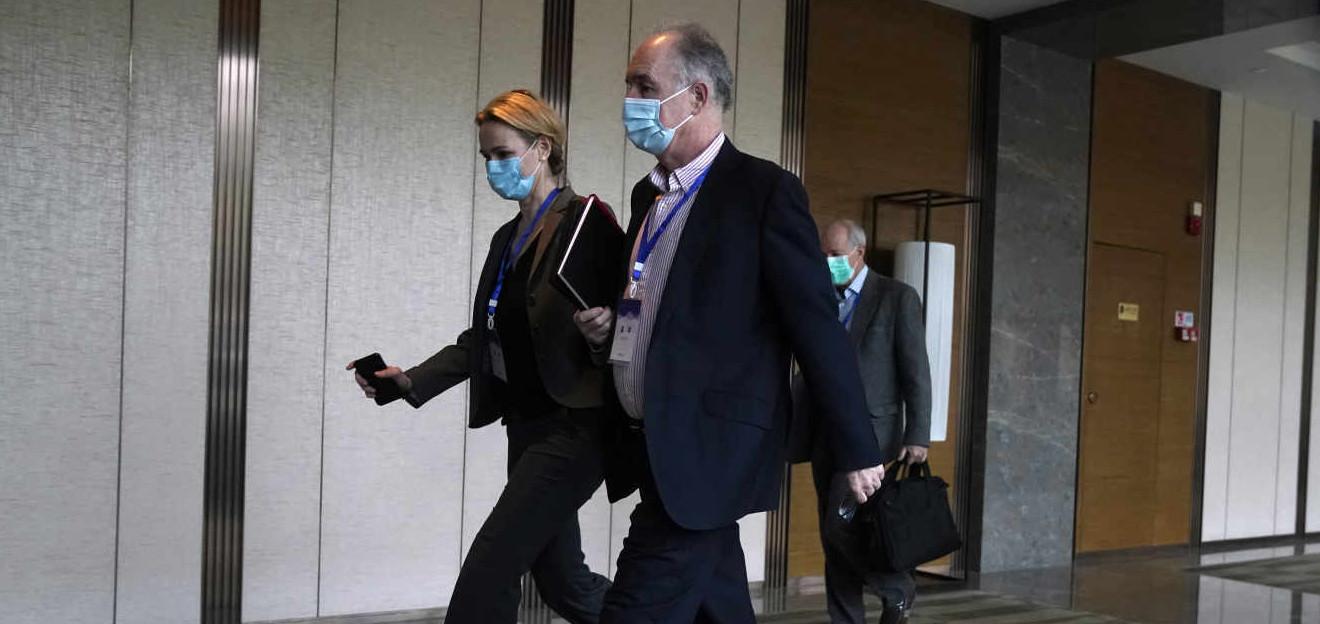 Des membres de l'équipe de l'Organisation mondiale de la santé, Thea Fischer (à gauche), et John Watson (au centre), se dirigent vers un centre de conférence, à Wuhan, dans le centre de la Chine, le 8 février. © NG HAN GUAN / AP