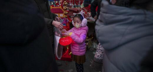 """Une fillette dans un magasin de décorations de Pékin le 9 février 2021. Les autorités chinoises ont préconisé de """"passer le nouvel an sur place"""". © Kevin Frayer / Getty images / AFP"""
