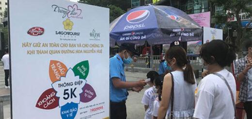 Figure 1. Contrôle de température, port du masque et lavage obligatoire des mains au gel hydroalcoolique à l'entrée du festival des fleurs de Nguyễn Huệ à l'occasion du Tết © E. Peyvel, Hồ Chí Minh Ville, février 2021