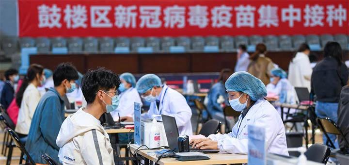 NANJING, 10 avril (Xinhua) -- Des gens s'inscrivent à la vaccination contre le COVID-19 dans un site de vaccination de l'arrondissement de Gulou, à Nanjing, dans la province chinoise du Jiangsu (est), le 9 avril 2021. La province chinoise du Jiangsu (est) a lancé une campagne de vaccination de masse contre le COVID-19. © Photo : Li Bo