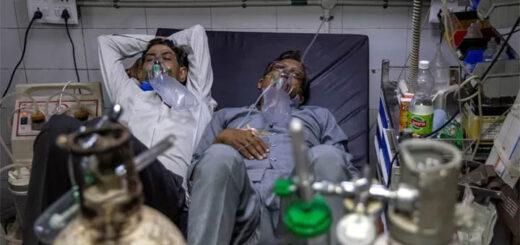 Des patients souffrant du Covid-19 reçoivent un traitement au service des urgences de l'hôpital Lok Nayak Jai Prakash, à New Delhi. © DANISH SIDDIQUI/REUTERS