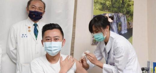 Comme la plupart des maires de grandes villes et chefs de districts, éligibles à la vaccination au titre de leur rôle dans la prévention de l'épidémie à Taiwan, le maire de Hsinchu, Lin Chih-chien [林智堅], a reçu le 12 avril en présence des médias sa première injection du vaccin d'AstraZeneca. © Aimable crédit de la municipalité de Hsinchu