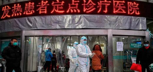 À l'hôpital de la Croix-Rouge de Wuhan, des membres du personnel médical portant des vêtements de protection tentent d'arrêter la propagation du Covid-19, le 25 janvier 2020. © Hector Retamal / AFP
