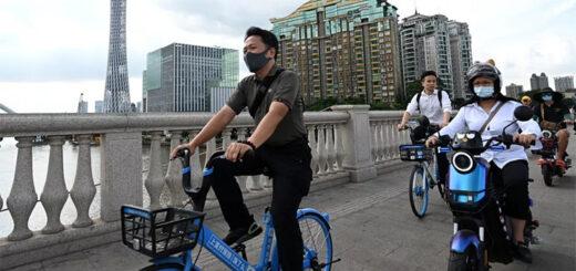 Des cyclistes dans les rues de Guangzhou (Chine), le 24 mai 2021. (NOEL CELIS / AFP)