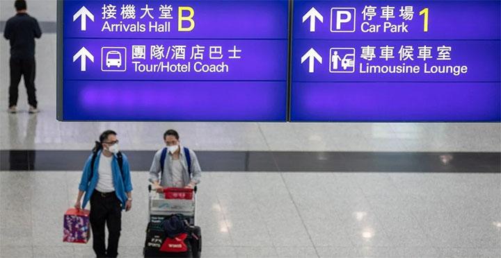 Passengers arrive at Hong Kong International Airport. © EPA-EFE