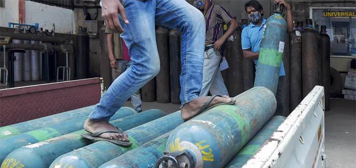 Des bouteilles d'oxygène sont chargées sur un camion à destination des hôpitaux à Bangalore, dans le sud de l'Inde, le 5 mai 2021. © MANJUNATH KIRAN / AFP