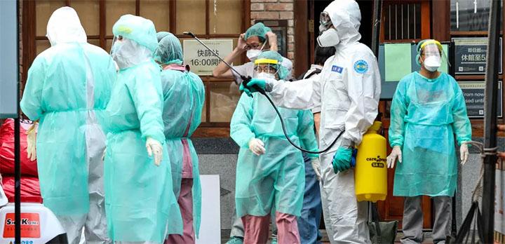 Le personnel médical est désinfecté dans un centre de dépistage du Covid-19 à Taipei (Taïwan), le 15 mai 2021. © JOSE LOPES AMARAL / NURPHOTO / AFP