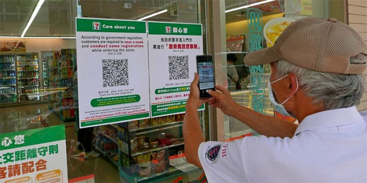 Un nouveau dispositif lancé par le gouvernement permet aux utilisateurs d'un téléphone mobile partout à Taiwan de laisser facilement leurs coordonnées lorsqu'ils rentrent dans un lieu public ou un commerce, ou lorsqu'ils empruntent certains transports en commun © CNA