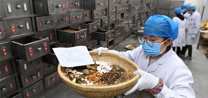 21 février 2021 : préparation d'une décoction Qingfei Paidu à l'Université de médecine chinoise d'Anhui. © Xinhua