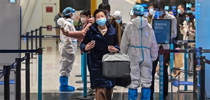 Un an et demi après le début de la pandémie de Covid-19, la Chine ne baisse pas la garde. A l'opposé des pays occidentaux qui rouvrent leurs frontières, la Chine renforce même ses restrictions. © AFP