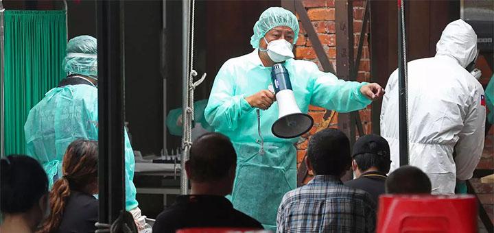 Le personnel médical reçoit les personnes désireuses de se faire tester dans un centre de dépistage du Covid-19 à Taipei, le 18 mai 2021. © AP - Chiang Ying-ying