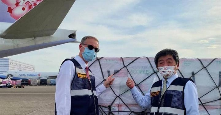 Le ministre de la Santé et des Affaires sociales Chen Shih-chung (à d.) et le directeur du bureau de Taipei de l'AIT Brent Christensen (à g.) ont réceptionné le 20 juin à l'aéroport international de Taoyuan les 2,5 millions de doses du vaccin de Moderna contre le Covid-19 offertes à Taiwan par les Etats-Unis. © MOFA