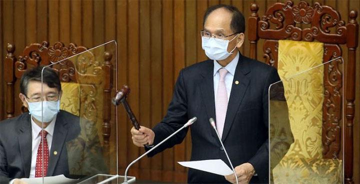 Le président du Yuan législatif, You Si-kun [游錫堃], a déclaré adoptés le 31 mai les amendements à la Loi spéciale pour les mesures de prévention, d'aide et de revitalisation liées à la pneumonie sévère aux nouveaux pathogènes. © CNA