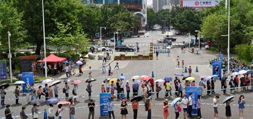 File d'attente à l'extérieur d'un site de vaccination, le 29 mai 2021, à Guangzhou, dans la province du Guangdong, où quelques foyers sporadiques sont réapparus. © REUTERS - STRINGER