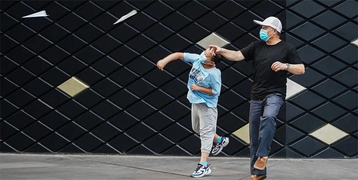 Citizens throw paper planes at a square in Nanjing, as public transport services in the city started to resume. @ Xinhua