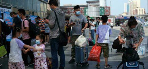 Des passagers attendent d'entrer dans une gare, à Pékin, en Chine, le 6 août 2021. © REUTERS - TINGSHU WANG