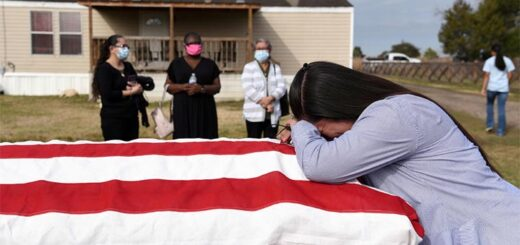 Lila Blanks holds the casket of her husband, Gregory Blanks, 50, who died of COVID-19, ahead of his funeral in San Felipe, Texas, Jan 26, 2021. © Photo/Agencies
