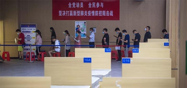 Des personnes font la queue pour être vaccinées à Wuhan, en Chine, le 9 juin 2021. © XIAO YIJIU / XINHUA / AFP