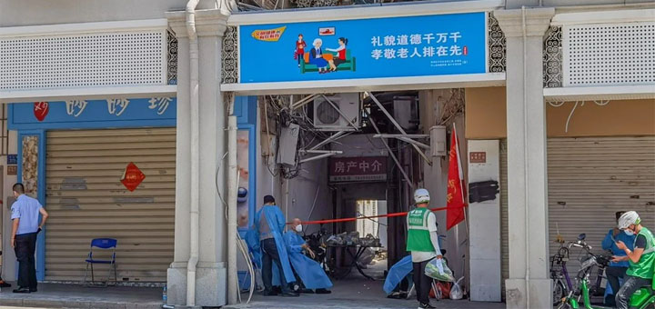 """An alley is closed off as Xiamen goes into lockdown, with all residential areas placed in """"closed-loop"""" management as authorities continue to battle an outbreak of the Covid-19 Delta variant in Fujian province, southeastern China. @ Getty Images"""