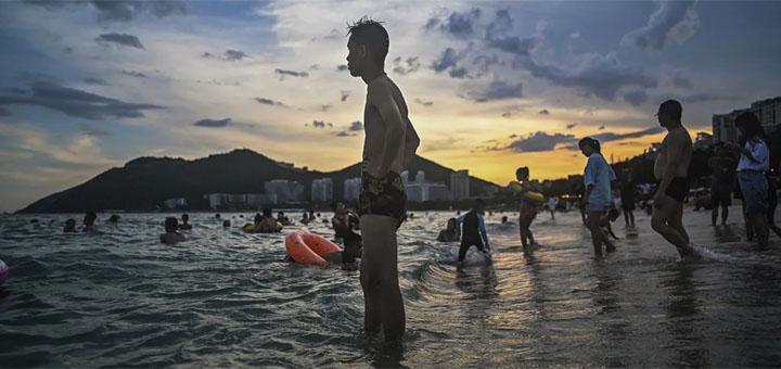 Bain de mer à la plage de Dadonghai à Sanya sur l'île tropicale chinoise de Hainan.© Les Échos