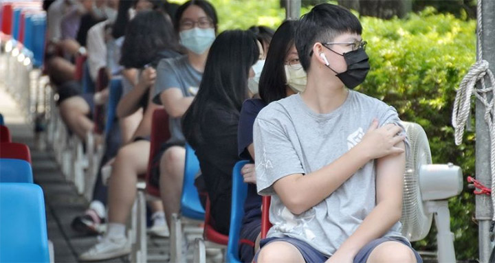 Lancée le 22 septembre, la vaccination des 12-17 ans a déjà permis l'administration de plus de 330 000 doses du vaccin de BioNTech en cinq jours à des collégiens et lycéens. © CNA